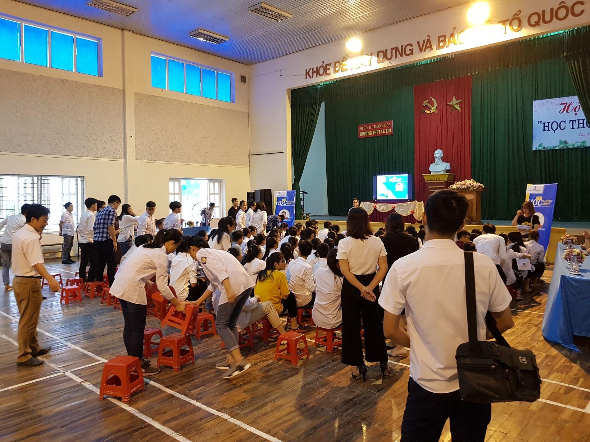 hocmai education lecture in an auditorium in vietnam