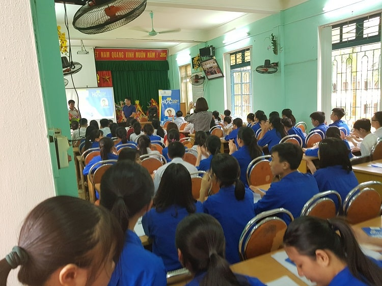 Students in Thanh Hoa Vietnam watching a HOCMAI education presentation in a classroom
