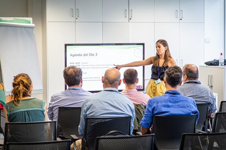 Global Fellow Thais giving a presentation at UnLtd Spain